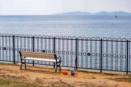 bench on the coast and seascape Standard-Bild