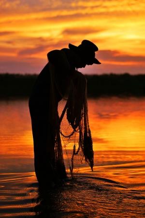 granjero: Pescador en la madrugada Foto de archivo