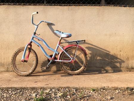 ni�os abandonados: Bicycle Foto de archivo