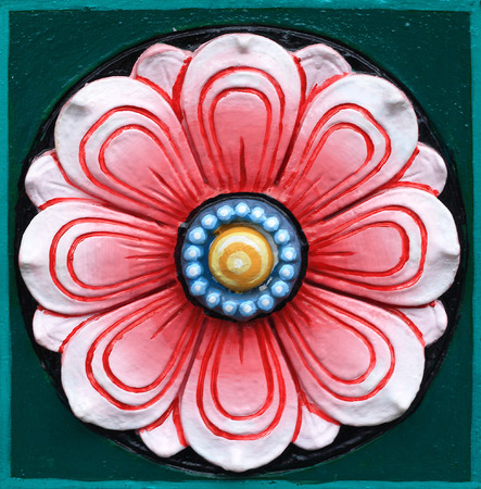 hinduism: Lotus tallado decoraci�n de la pared de piedra en el hinduismo templo Foto de archivo