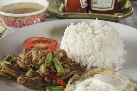 santa cena: Rice encabezó saltear la carne de cerdo con albahaca y huevo frito, se centran en el arroz