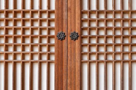 corea tradicional puerta de madera