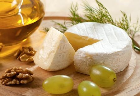 queso: Queso brie con uvas y nueces Foto de archivo