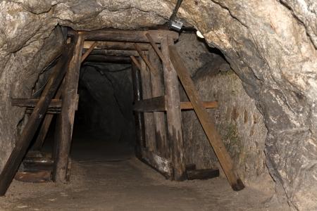 Mina abandonada vieja. Túnel de entrada.