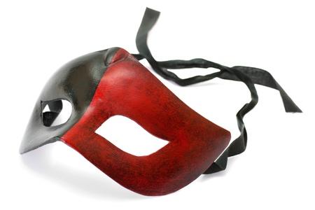 흰색 배경에 고립 된 남성 빨간색과 검은 색 카니발 마스크
