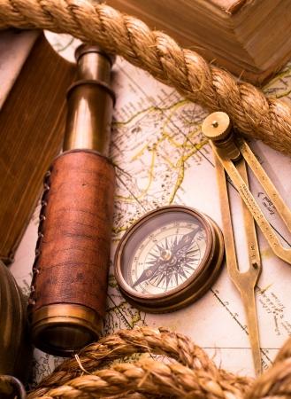 puntos cardinales: Vintage Sea Adventure concepto medieval del mapa, el telescopio y el comp�s Foto de archivo