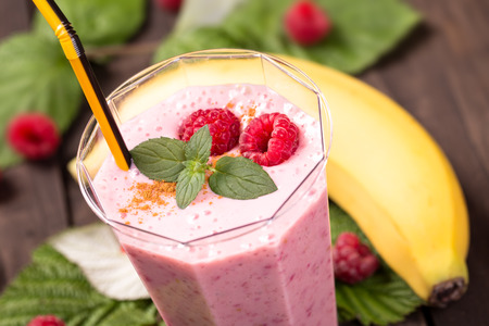 Raspberry banana smoothie with mint closeup shot Imagens