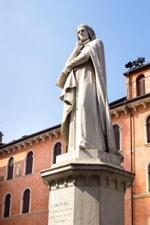 dei: Statue to Dante Alighieri in Piazza dei Signori - Verona, Italy