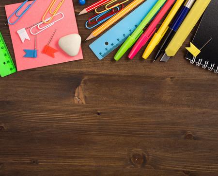 utiles escolares: Art�culos de papeler�a en la parte superior de la vista superior mesa de madera Foto de archivo
