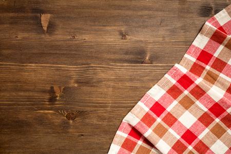 Checkered napkin at right bottom corner of wooden background top view 版權商用圖片 - 46718146