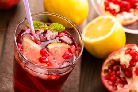 레몬과 얼음 상쾌한 음료와 석류