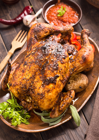 chicken roast: Pollo a la parrilla con verduras y verdes en la placa de madera
