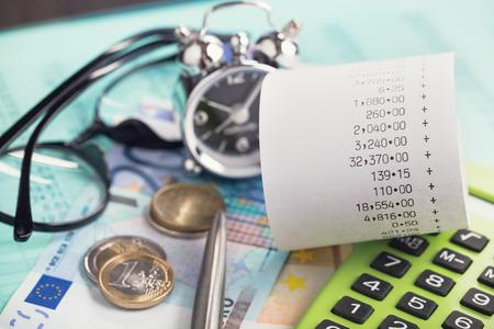 ingresos: Las dificultades financieras y la planificaci�n de las finanzas personales verticales Foto de archivo