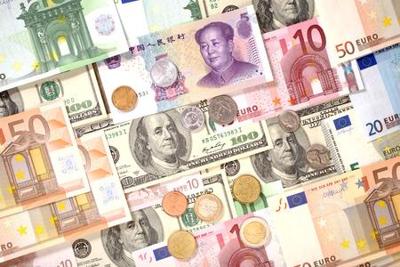 미국, 유럽 및 중국 지폐와 동전 배경입니다. 달러, 유로 및 위안 화폐
