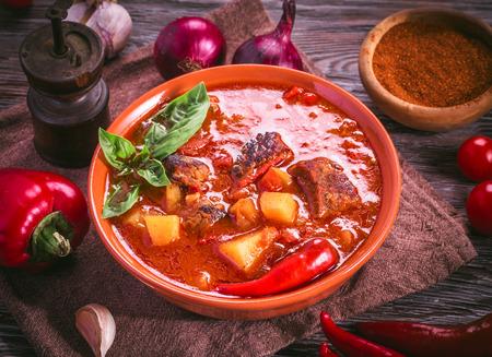 Bol de goulasch. repas traditionnels hongrois.