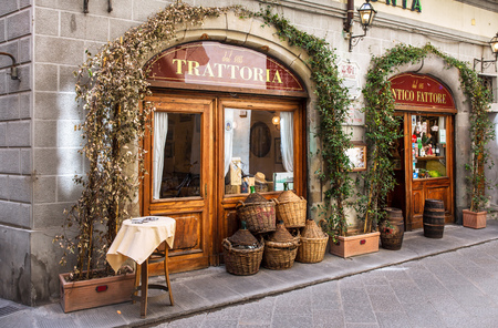 Traditional trattoria in Florence Фото со стока - 118605658