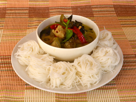 Curry y fideos en una taza. Foto de archivo