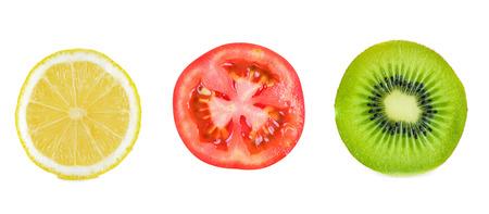 kiwi fruta: Una rebanada de kiwi rebanada y rebanada de lim�n y tomate aislado en blanco Foto de archivo
