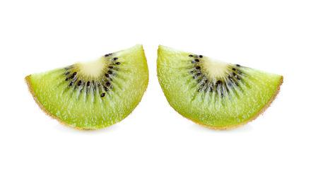 kiwi fruta: El kiwi con la mitad aislados sobre fondo blanco