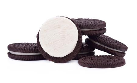흰색 배경에 고립 된 크림 작성 타워와 초콜릿 쿠키. 스톡 콘텐츠