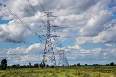 Torre de alta tensión en el campo verde