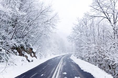 carretera: Carretera de invierno cubierto de nieve Foto de archivo