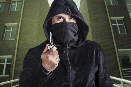 peligro: peligroso criminal con un cuchillo.