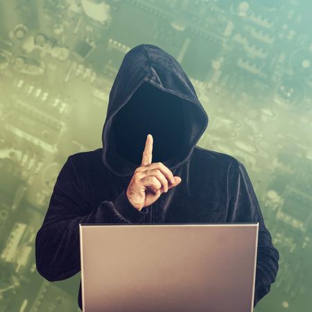 ladrón: Hacker en el trabajo. Foto de archivo