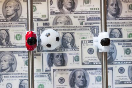 clavados: Deportes y dinero. Concepto sobre el gasto de dinero en el f�tbol de f�tbol, ??apuestas deportivas y partidos fijos manipuladas. Imagen de enfoque selectivo