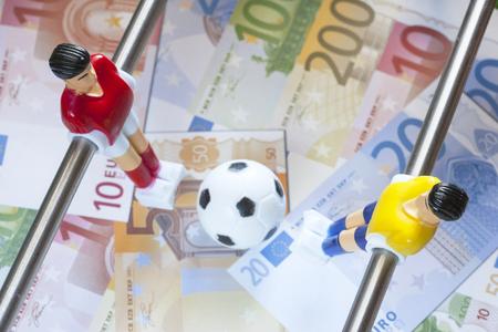 Sport und Geld. Konzept über Geld Ausgaben im Fußball Fußball, Sportwetten und manipulierten festen Spielen. Tiefenschärfe Bild