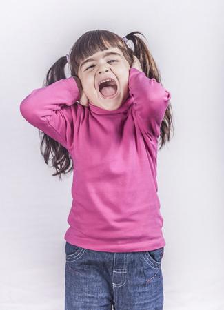 niños malos: Niña que grita. imagen de tonos con poca profundidad de campo