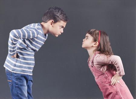 Broer en zus met een argument
