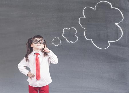 Une petite fille intelligente qui réfléchit fort