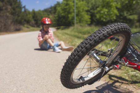 子供安全コンセプト。自転車事故。(セレクティブ フォーカス画像) 写真素材