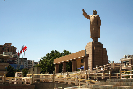 mao: Bronze statue of Chairman Mao