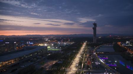 Het landschapsmening van de stad tijdens de nacht met mening van het nationale stadion van Peking. Redactioneel