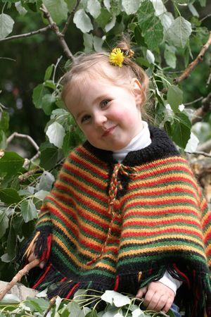 perceive: Smiley bambina a sedere albero succursale