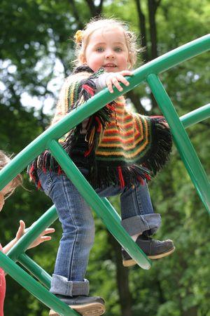 perceive: Bambina in abiti colorati che giocano a giochi  Archivio Fotografico