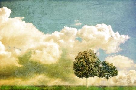 Paesaggio surreale con due alberi e cielo nuvoloso