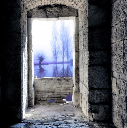 Finestra medioevale con vista a luce fredda