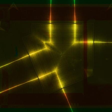Superficie in alluminio rosso e giallo. Sfondo texture geometrica metallica. Concetto di industria.