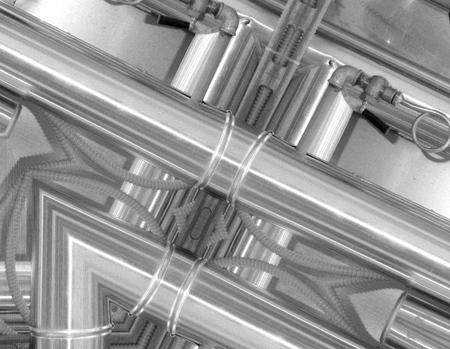Sfondo in alluminio bianco e nero. Tubi metallici e componenti tecnologici astratti. Concetto industriale Archivio Fotografico