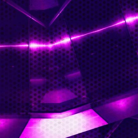 Superficie in alluminio viola con fori. Sfondo texture geometrica metallica