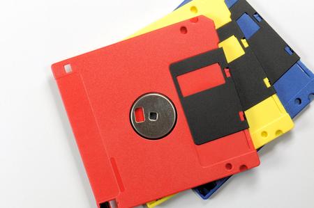 Disco floppy vecchio colore. Rosso, giallo e blu.