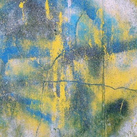 Superficie della parete di cemento incrinata e macchiata. Archivio Fotografico