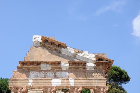 Le rovine del tempio romano hanno chiamato Capitolium o Tempio Capitolino in Brescia Italia. Costruito da Vespasiano nell'anno 73 d.C. L'autore della domanda scritta dell'edificio: IMP. CAESAR.VESPASIANUS.AUGUSTUS. Archivio Fotografico