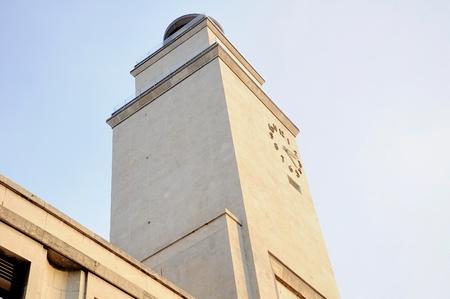 dettaglio facciata Architettura '30 con la torre dell'orologio. Italia.