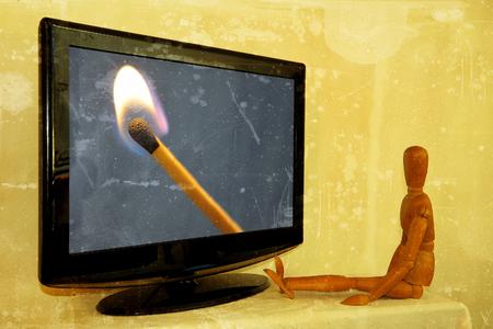 Pittore fittizio davanti alla televisione con accensione illuminata Archivio Fotografico