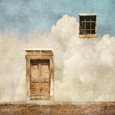 Paesaggio surreale con vecchia porta e finestra sul cielo nuvoloso