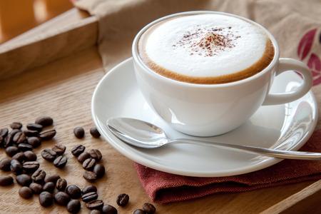 원두 커피와 카푸치노 한 잔